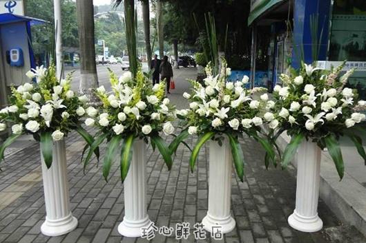 乔迁送什么鲜花好-罗马柱的白色玫瑰花篮也挺合适
