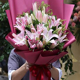 给女朋友送花送什么好-百合花束